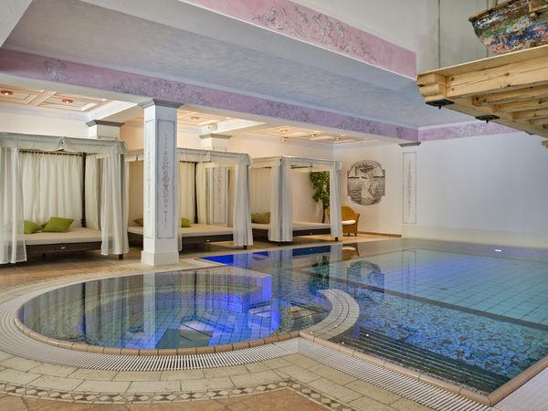 Viel Licht und Wohlbefinden: Jacuzzi mit Swimmingpool mit Blick ins Freie.