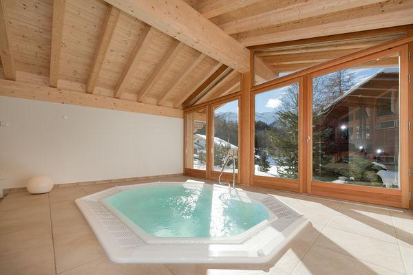 Hell und grosszügig, mit Blick nach draussen: der Spa des Hotels Hemizeus, Zermatt.