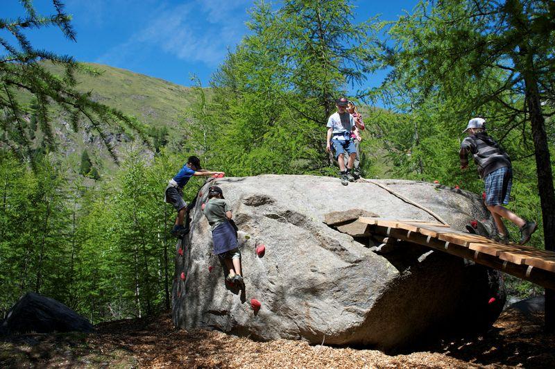 Le rocher d'escalade géant compte parmi les attractions de l'aire de jeux du jardin des glaciers de Dossen.