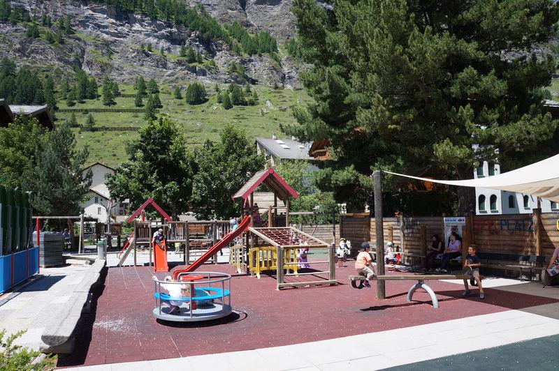 Les enfants s'amusent, les parents peuvent s'asseoir sur des bancs à l'ombre ou au soleil.
