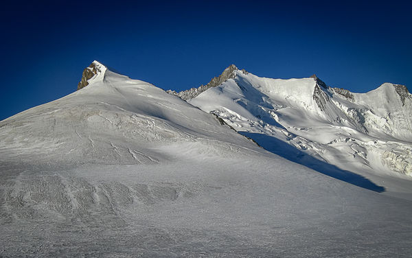 Das Steckhadelhorn liegt zwischen dem Nadelhorn und dem Hohbärghorn.