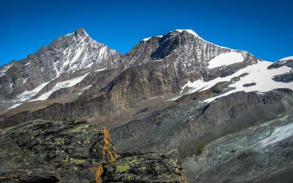 Das Täschhorn (im Hintergrund, mit Teufelsgrat) überragt den Alphubel um 284 m.