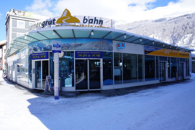 Talstation Gornergratbahn, am Bahnhofplatz in Zermatt: Schalterhalle und Einstiegsbereich.