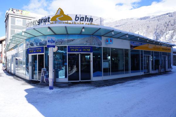 Station de départ du Gornergrat Bahn, sur la place de la gare de Zermatt: halle de guichets et zone d'embarquement.
