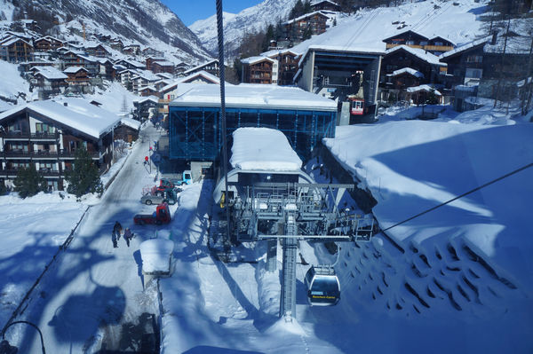 Zermatt village: to reach Klein Matterhorn, the gondolas and cable cars climb a total of 2,263 vertical metres.