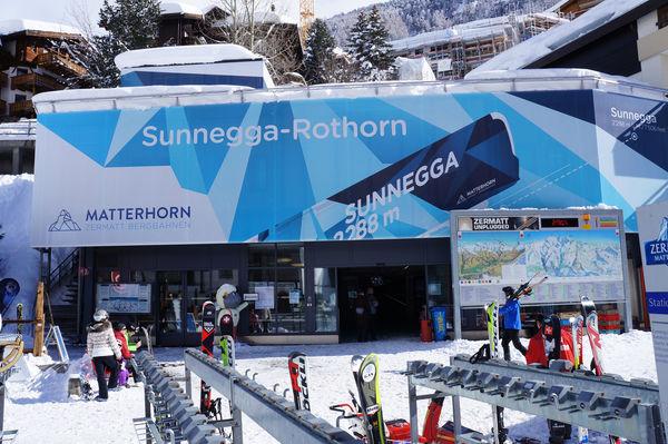 Bei der Talstation Sunnegga-Rothorn in Zermatt weist eine grosse Tafel (rechts) auf die geöffneten Bergbahnen des gesamten Ski- und Wandergebietes hin.