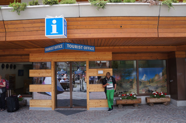 The place to come for advice and help: the expert team from Zermatt Tourism offers information, tickets and souvenirs.