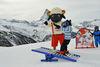 Wolli-Anfängerpark beim Leisee, Zermatt: Wolli zeigt dem kleinen Ski-Neuling einige Balanceübungen.