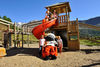 Die Rutschbahn auf dem Kinderspielplatz am Leisee bereitet auch Wolli viel Vergnügen.