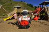 Der Spielplatz neben dem See ist der ideale Platz für Kinder. Wolli freut sich darüber.