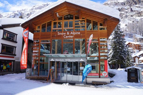Alpin Center Zermatt: il est possible ici, sur la Bahnhofstrasse, de réserver les services des guides de montagne.