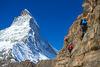 Seilschaft Bergführer und Gast: klettern in Zermatt, im Angesicht des Matterhorns.