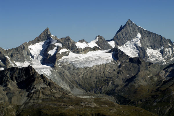 Like pointed teeth: the Zinalrothorn (left) and Weisshorn (right) in summer.