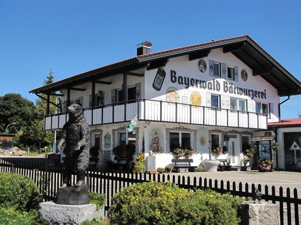 Blick auf das Hauptgebäude der Bayerwald Bärwurzerei in der Glasstadt Zwiesel