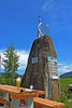Ein beliebtes Ausflugsziel und ideal für eine gesellige Einkehr: das Denkmal am Weißwurstäquator in Zwiesel im Bayerischen Wald.