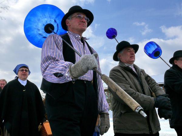 Begleiter beim Emmaus-Gang ist der Dilettanten-Verein in historischer Glasmachertracht
