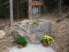 Kunstwerk auf Stein auf dem Gläsernen Kreuzweg zum Berg Hennenkobel bei Zwiesel im Bayerischen Wald