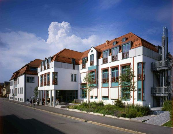 Blick auf das Hauptgebäude der Glasfachschule Zwiesel im ArberLand Bayerischer Wald