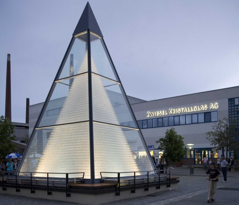 Blick auf die Glaspyramide in Zwiesel in der Abenddämmerung