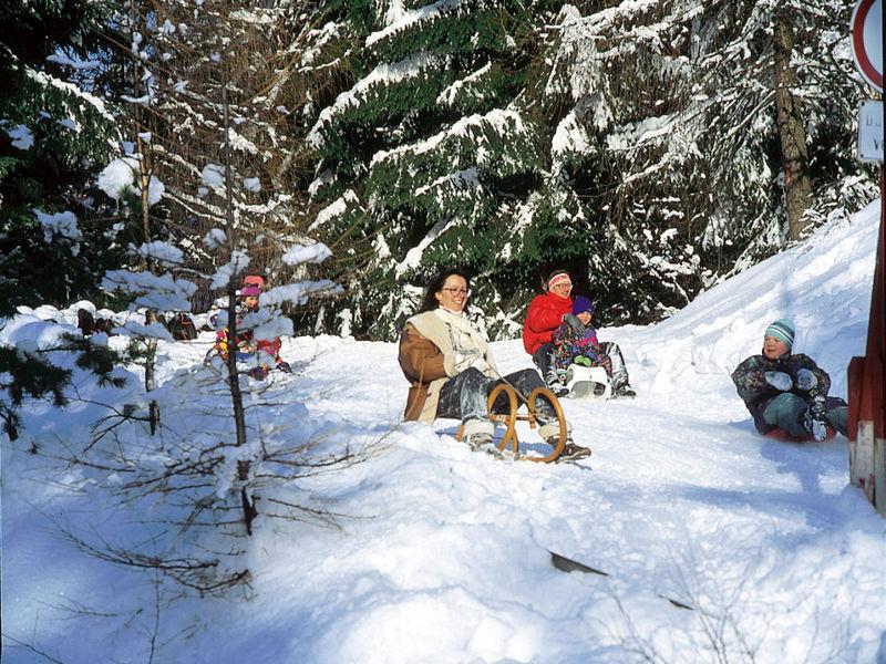 Familien-Winterspaß beim Rodeln in Rabenstein bei Zwiesel im ARBERLAND Bayerischer Wald