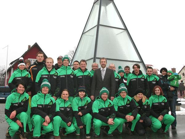 Das Team der Skischule Bayerwald Zwiesel vor der Glaspyramide in Zwiesel