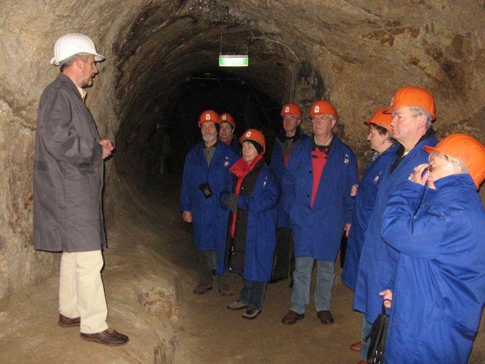 Besucher in den Unterirdischen Gängen in Zwiesel